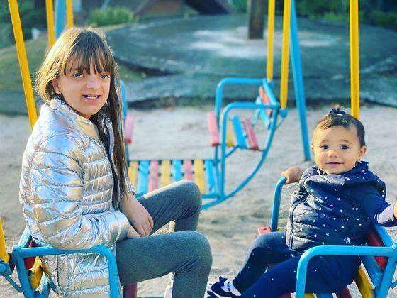 Em um dos primeiros posts feitos na rede, Rafaella aparece brincando com Manuela, a irmã mais nova. A criança é filha de Ticiane com o jornalista César Tralli