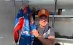 Um dos grandes pilotos brasileiros,Rubinho Barrichello doou seu macacão autografado. O item do ex-Fórmula 1 está com valor de R$ 1 mil