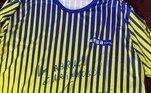 Um dos maiores tenistas da história,Guga tem sua camiseta da final doRoland Garros leiloada pelo preço de R$ 2,5 mil