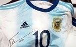 Entre as peças, existem duas camisetas, das seleções brasileira e argentina. Os itens são autografados por Neymar e Messi, os principais craques das duas equipes. O atual lance está emR$ 4,7 mil