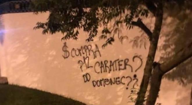 Muros do CT do Flamengo pichados. Mensagem para Rafinha?