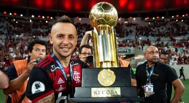 Rafinha ganhou cinco títulos em um ano e cinco meses de Flamengo