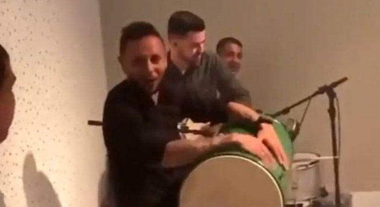 Rafinha tocando no domingo. Sem máscara. Festa, com o Grêmio em penúltimo lugar