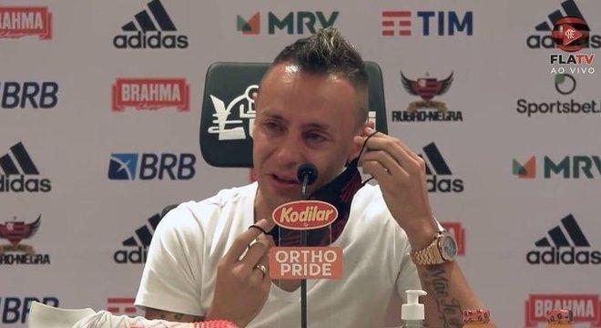 Rafinha chora ao se despedir do Flamengo. O clube, perde de maneira amadora, um líder
