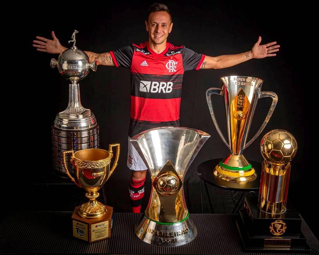 Rafinha posando com os troféus que ganhou no Flamengo. Futebol convincente e líder