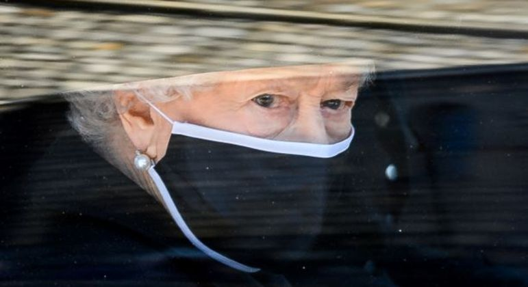 A rainha Elizabeth II durante a procissão do funeral do seu marido príncipe Philip