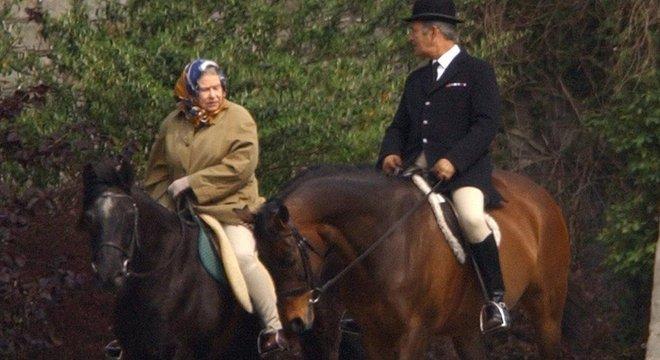 Rainha monta a cavalo com frequência; nesta foto ela comemora seu aniversário de 77 anos