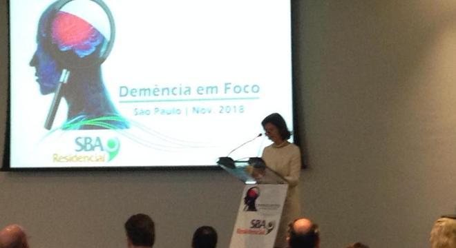Rainha Silvia durante o Simpósio Demência em Foco nesta quinta-feira (8)