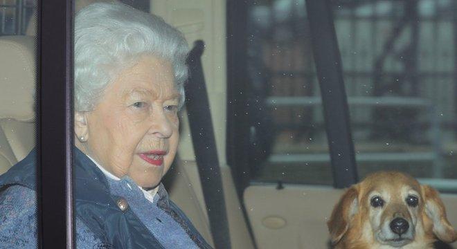Rainha viajou uma semana antes do previsto por causa de pandemia do novo coronavírus