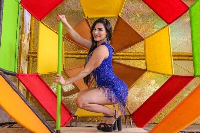 Raíssa Barbosa, musa de bateria, posou no barracão da escola de samba Unidos do Peruche, em São Paulo
