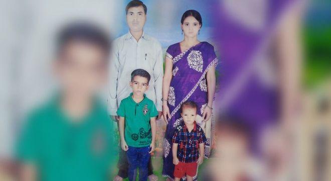 Rajan Yadav, sua esposa Sanju e os dois filhos, que buscavam uma vida melhor em Mumbai