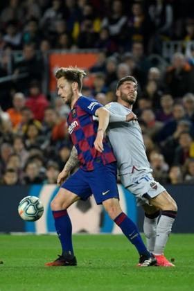 Rakitic - 310 jogos pelo Barcelona, 35 gols e 42 assistências.