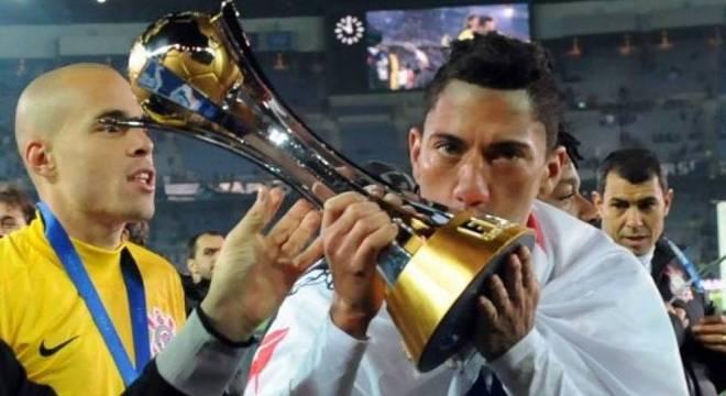 Ralf beijando o troféu de campeão do mundo pelo Corinthians. Fracasso no Avaí