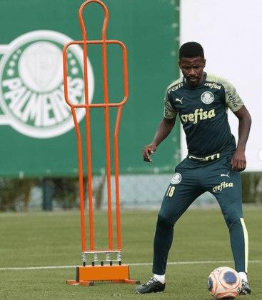 RAMIRES – O jogador rescindiu com o Palmeiras em novembro de 2020 e está sem clube desde então. Ele está, atualmente, com 33 anos.