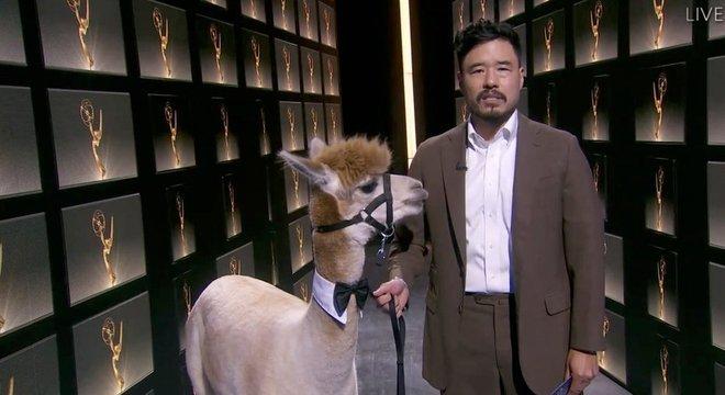 Randall Park e uma alpaca apresentaram categoria de melhor roteiro para minisséries
