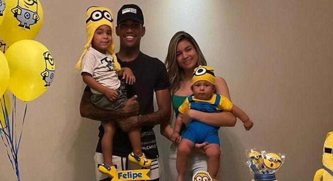 Raniel e Aline com os filhos Daniel e Felipe em comemoração de oito meses