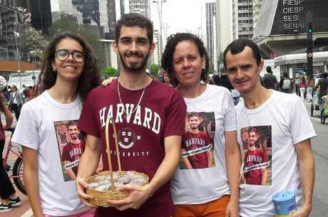 Raony com a família na avenida Paulista, em SP