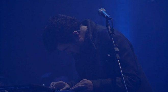 """Rapha Moraes explora efeitos vocais e groove em vídeo ao vivo de """"Vento"""""""