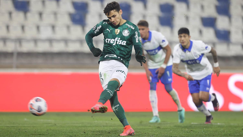 Raphael Veiga cobrou com convicção o pênalti. Vitória, injusta, do Palmeiras