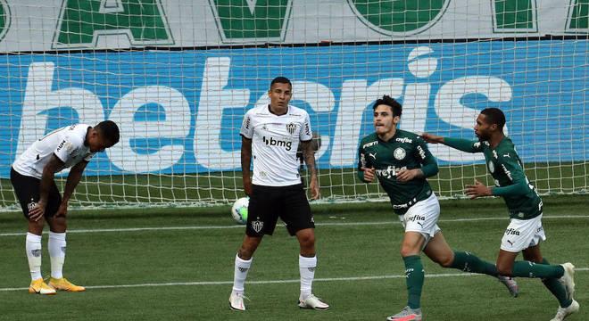 Raphael Veiga marcou primeiro gol do Palmeiras na vitória contra Atlético-MG