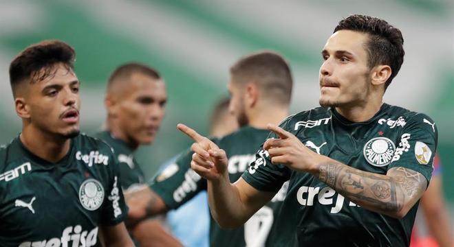 Raphael Veiga comemora gol que abriu placar para vitória do Palmeiras