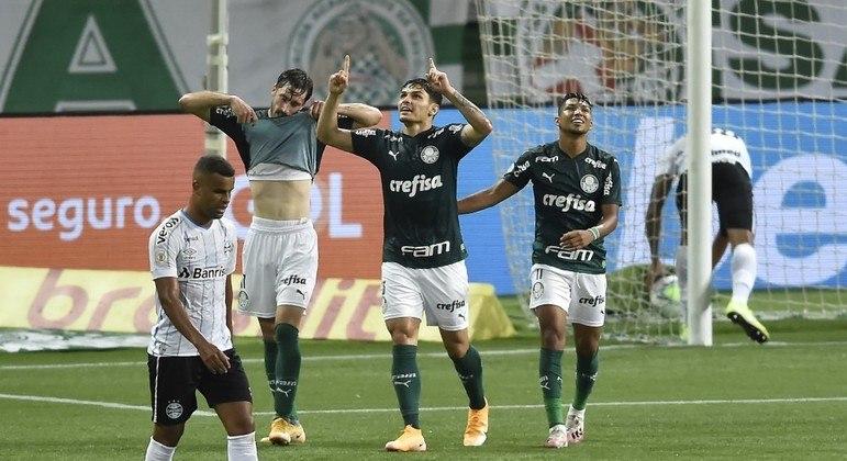 Raphael Veiga marcou o gol do Palmeiras, que poderia ter feito três no primeiro tempo