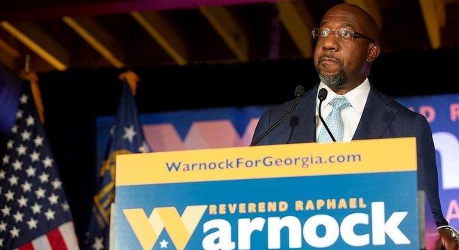 Raphael Warnock tem até agora 32,9% dos votos, contra 25,9% da oponente republicana