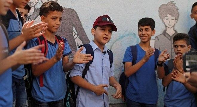 Abdel-Rahman (de boné) é cercado por estudantes durante performance