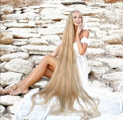 A modelo, que tem madeixas loiras naturais,disse que só lava o cabelo uma vez por semana - durante um processo que dura 30 minutos. Além disso, nunca penteia os fios quando ainda estão molhados, para evitar quebras, nem usa secador, pois prefere deixar que eles sequem naturalmente