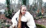 Ela também gosta de se caracterizar à altura do cabelo. Nesta composição, ela apostou em um estilo princesa celtaVeja também:Sem salão de beleza, famosas assumem os cabelos brancos