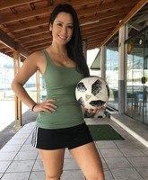 4d6ea68e19 ... Raquel Benetti posou para fotos  A moça fica duas horas na academia e o  dia inteiro com a bola nos pés ...
