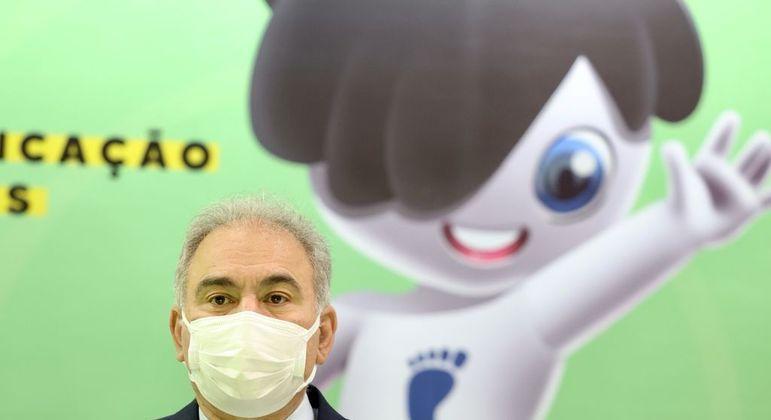 Ministro Marcelo Queiroga e, ao fundo, a mascote Rarinha
