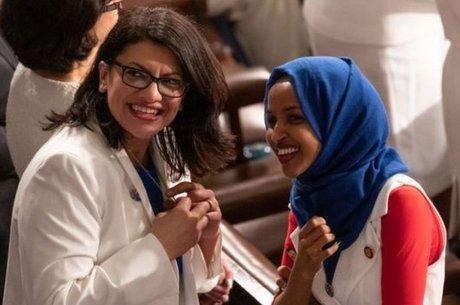 Rashida Tlaib (à esquerda, ao lado de Ilhan Omar) é a primeira mulher de origem palestina a servir no Congresso