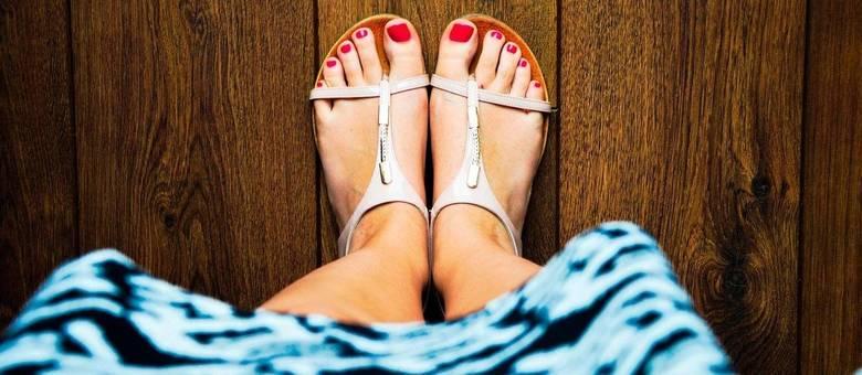 Este tipo de sandália pode aparecer em vários modelos, estilos diferentes e é a cara do verão