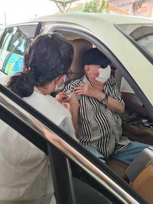 O apresentador Raul Gil, de 83 anos, foi vacinado contra acovid-19no dia 1º de março de 2021. O comunicador do SBT recebeu o imunizante em um doscincos postos drive-thru, em São Paulo, cidade onde mora