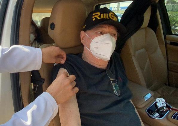 Raul Gil, de 83 anos, recebeu nesta terça-feira (1º) a segunda dose da vacina contra acovid-19. O apresentador foi imunizado em uma UBS (Unidade Básica de Saúde) localizada na zona sul de São Paulo