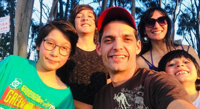 A família reunida para apoiar o adolescente a realizar seu sonho