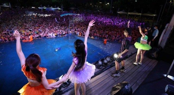 Festival de música em Wuhan, na China, reuniu milhares de pessoas
