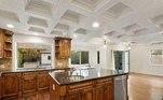 E uma cozinha planejada e ampla