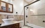 Ao todo, a mansão conta com seis quartos, um lavabo e seis banheirosConfira:Rick, da dupla com Renner, abre mansão à venda por R$ 11,9 milhões