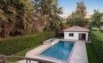 A propriedade tem ainda uma piscina na área externa