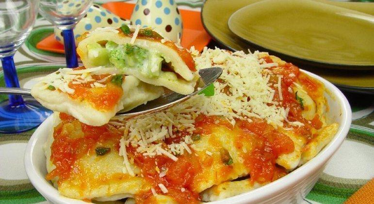 Ravióli com brócolis pode ser uma boa ideia para o seu almoço ou jantar em família. Experimente!