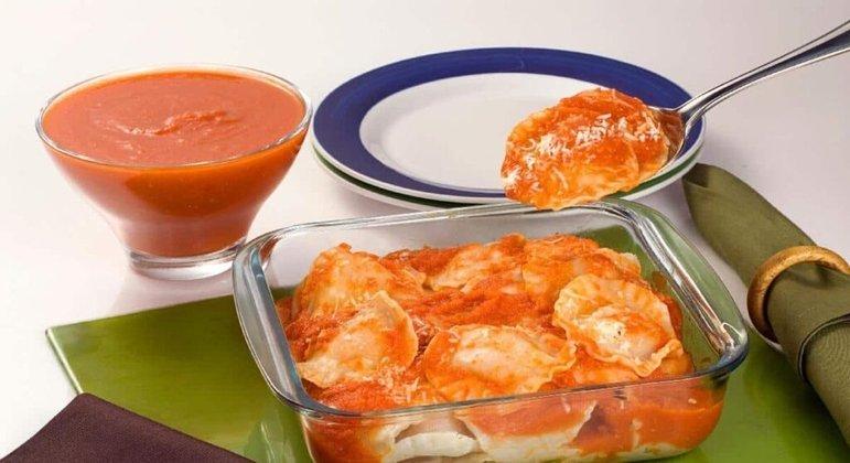 Ravióli com molho vermelho é uma opção prática e ainda pode ser uma ótima opção para levar na marmita. Experimente!
