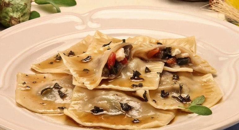 Ravióli de berinjela ao molho de sálvia é uma ótima opção para quem ama massa. Experimente!