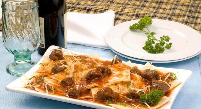 Ravióli de queijo com ragu de carne é saboroso e um prato perfeito para o almoço de domingo. Experimente!