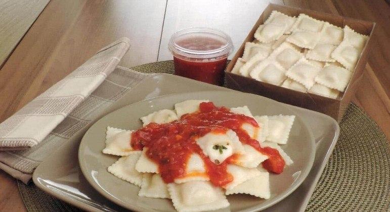 Ravióli de queijo é prático de fazer e uma delícia. Experimente!