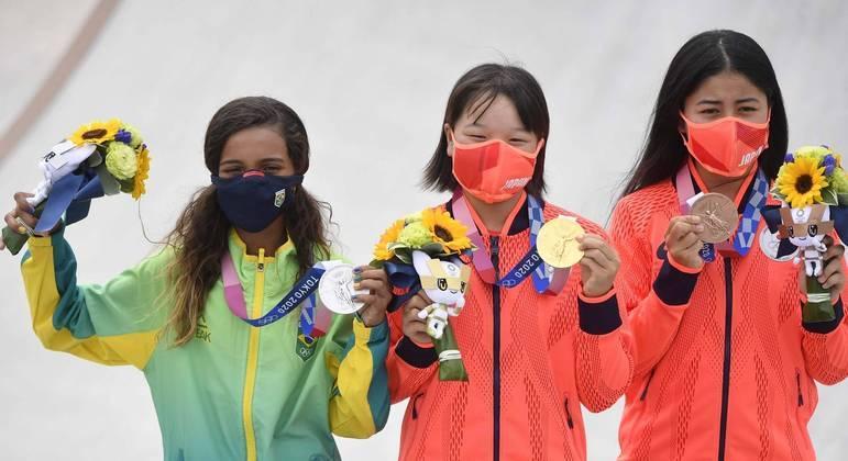 Rayssa Leal com a medalha de prata, ao lado das japonesas, Momiji Nishiya (ouro) e Funa Nakayama (bronze)