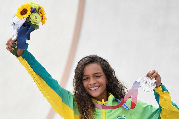 Rayssa Leal mostra a medalha de prata conquistada no skate em Tóquio