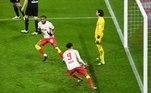 Atacante francês Christopher Nkunku (camisa 18) marca pelo RB Leipzig na vitória de virada por 3 a 2 sobre o Borussia Mönchengladbach, em casa, neste sábado (27), pela 23ª rodada do Campeonato Alemão. Agora com 50 pontos, a equipe de Lepizig alcançou a segunda colocação do torneio e está a apenas dois pontos do líder Bayern de Munique