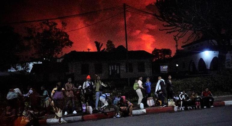 Moradores de Goma, na República Democrática do Congo, fogem após erupção